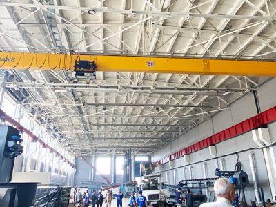 HD мостовой кран 5 тонн используется для перемещения оборудования на каменном заводе.